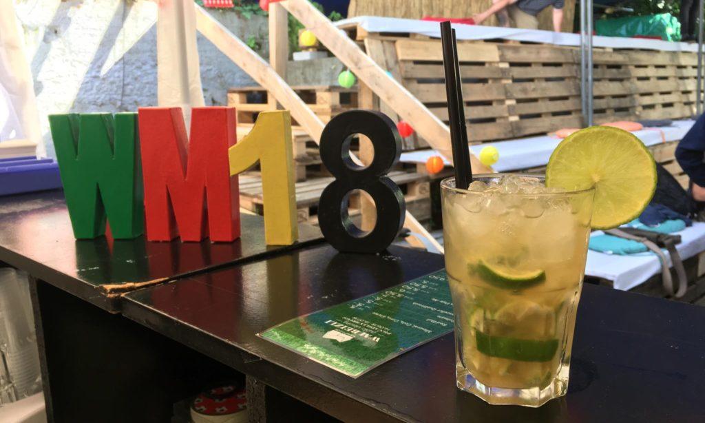 Buchstaben WM18 auf der Bar mit Mojito Glas