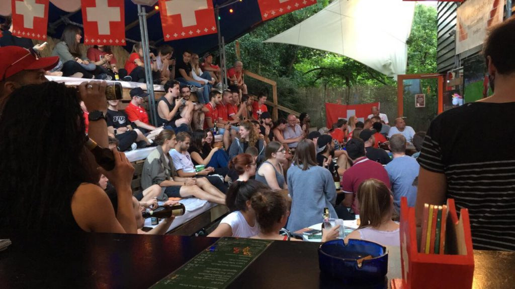 Sicht von der Bar auf das Publikum im Garten