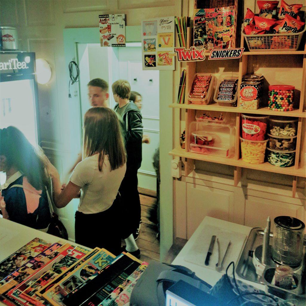 Blick hinter die Bar auf den Kiosk im Jugendtreff